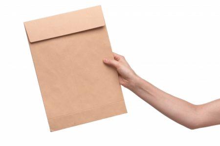 A4サイズの封筒の切手はいくらを貼ればいい?